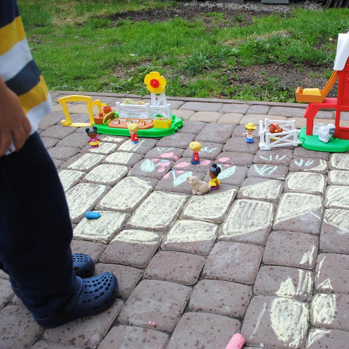 W ogrodzie narysowaliśmy infrastrukturę drogową. Dojeżdża do farmy i do ogrodu :)