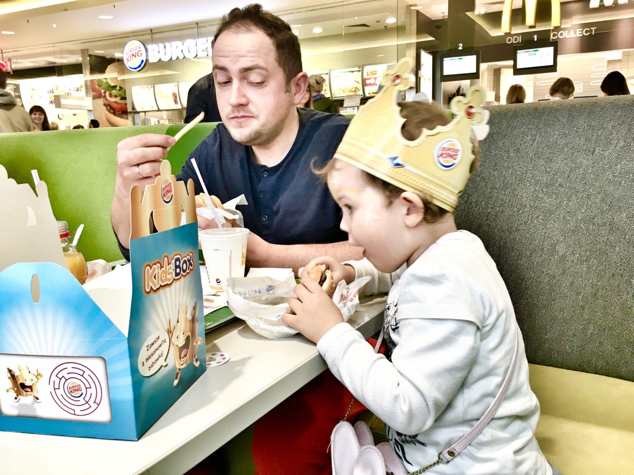 A tu mamy klasyczny przykład dobrego łamania zasad. Sam zainicjowałem Burger Kinga. Młoda spróbowała pierwszego burgera. Nadal nie wchodzi jej to tak szybko jak pierogi, ale ok. Cheat się udał.