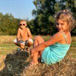 Dzieci w stogu siana
